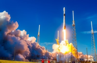 photo of a rocket launch symbolizing a field sales rep aiming for the moon