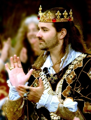 photo of a king clapping his hands