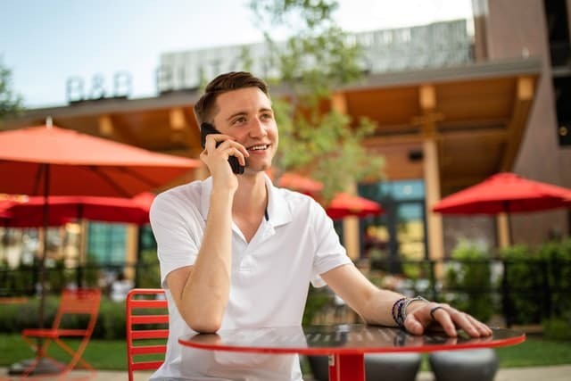 photo of an outside sales rep on his smartphone